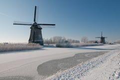 Zwei Windmühlen in der Winterlandschaft lizenzfreies stockbild