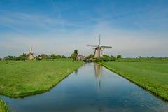 Zwei Windmühlen in einem Polder gestalten nahe Rotterdam landschaftlich lizenzfreie stockfotografie