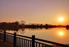Zwei Windmühlen im Sonnenuntergang stockbild