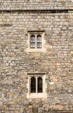 Zwei Windows auf alter Steinwand Stockbild