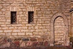 Zwei Windows und ein blockierter Eingang Stockfotos