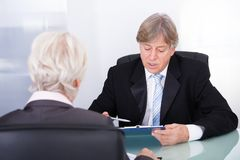 Zwei Wirtschaftler in der Sitzung Stockfotos