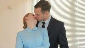 Zwei Wirtschaftler Mann und Frau stehen und lächeln und betrachten Kamera mit Aussage im Büro auf Hintergrund von stock video footage
