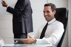 Zwei Wirtschaftler während einer Sitzung Stockbilder