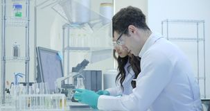 Zwei Wissenschaftler der medizinischen Forschung arbeitet mit Beispielisoliert Kasten stock video