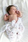 Zwei-Wochen-altes Baby eingewickelt in der Decke gestrickt Stockfotografie