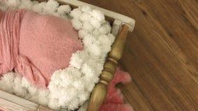 Zwei-Wochen-altes neugeborenes Baby, das in einer kleinen hölzernen Schüssel schläft stock video footage