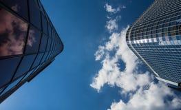 Zwei Wolkenkratzer im Finanzbezirk von Frankfurt, Deutschland Stockbilder