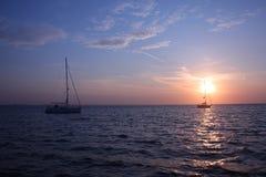 Zwei Yachten am Anker im studland bellen mit Sonnenaufgang im Hintergrund Lizenzfreies Stockfoto