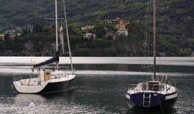 Zwei Yachten auf Bellagio-Seefront lizenzfreie stockbilder