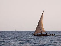 Zwei Yachten, die auf das Meer schwimmen Lizenzfreie Stockbilder