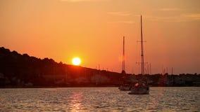 Zwei Yachten im Meer bei Sonnenuntergang auf einem Hintergrund von Bergen stock video
