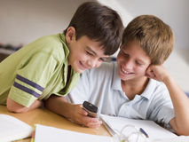 Zwei Young Boys abgelenkt von ihrer Heimarbeit Stockfoto