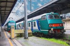 Zwei Züge sind an der Station in Italien Stockfotografie