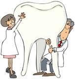 Zwei Zahnärzte, die einen riesigen Zahn halten lizenzfreie abbildung