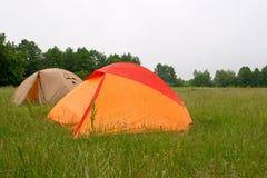 Zwei Zelte auf Wiese Lizenzfreie Stockbilder