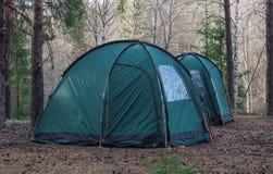 Zwei Zelte im Holz Touristischer Rest Stockbild