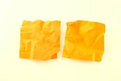 Zwei zerknitterte Farbenpapiere Stockfotografie