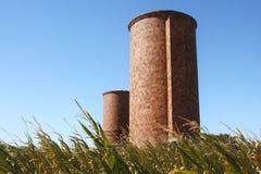 Zwei Ziegelstein-Silos Stockfotos