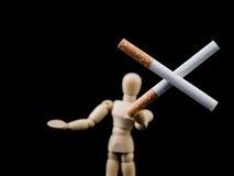Zwei Zigaretten in der Querform, die durch hölzernen Mann hält, stellen, ` dar, das Sie ` t Bedarf anziehen zu rauchen, um kühles Stockfotografie