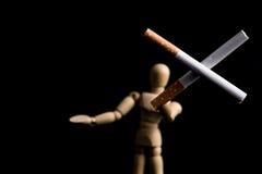 Zwei Zigaretten in der Querform, die durch hölzernen Mann hält, stellen, ` dar, das Sie ` t Bedarf anziehen zu rauchen, um kühles Stockbilder