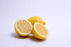 Zwei Zitronen getrennt auf Weiß Lizenzfreies Stockfoto