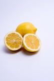 Zwei Zitronen getrennt auf Weiß Stockbild