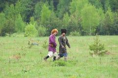 Zwei Zivilisten, die auf Feld gehen Stockfoto