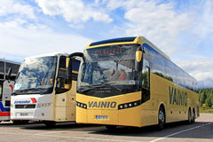 Zwei Zug Buses Parked Stockfotos