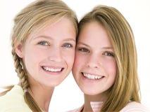 Zwei zusammen lächelnde Freundinnen Lizenzfreie Stockfotos