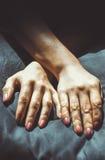 Zwei zusammenhaltene Hände Lizenzfreies Stockfoto