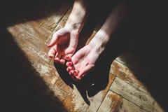 Zwei zusammenhaltene Hände Stockbilder