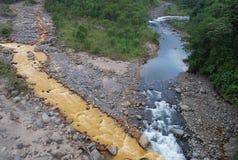 Zwei zusammenlaufende Flüsse stockbild