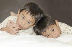 Zwei Zwillingsbrüder Stockbilder