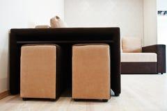 Zweifarbige cofee Eckenschlafcouch am hellen Raum stockfotos