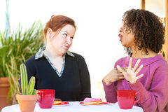Zweifelhafte Frau, die auf Freund hört lizenzfreie stockfotografie