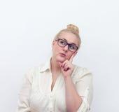 Zweifelhafte junge denkende Frau, auf Weiß Stockfoto