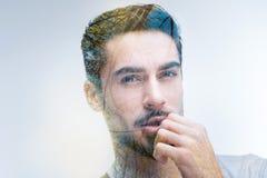 Zweifelhafter bärtiger Mann, der durch Inspiration blind macht stockfoto