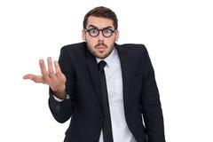 Zweifelhafter Geschäftsmann mit dem Glasgestikulieren Lizenzfreie Stockfotos
