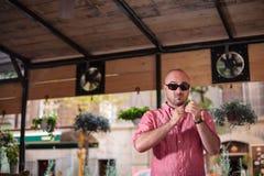 Zweifelhafter junger Mann mit Sonnenbrille Lizenzfreies Stockfoto