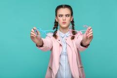 Zweifelhaftes lustiges Mädchen in der zufälliger oder Hippie-Art, Zopf hairstyl stockfotografie