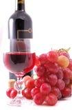 Zweig der Trauben, der Flasche Weins und des Glases Lizenzfreies Stockfoto