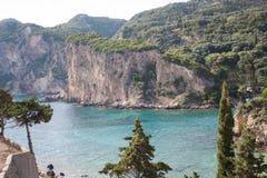 Zweig des Baums auf Strand auf Hintergrund des Sonnenuntergangs Ionisches Meer Paleokastritsa Paleokastrica K?ste Griechenland lizenzfreie stockfotos