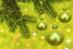 Zweig des Weihnachtsbaums mit Flitter Stockfoto