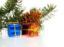 Zweig des Weihnachtsbaums und der Geschenke Stockfotos