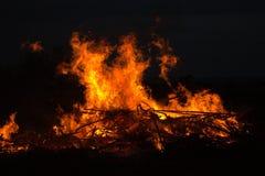 Zweige, die am Park in Thailand-Unfall im Buschwald mit dem Feuer verbreitet im trockenen Holz brennen Lizenzfreie Stockfotos