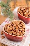 Zweige karamellisierten Mandeln und des Weihnachtsbaums Lizenzfreies Stockfoto