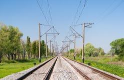Zweigleisige elektrifizierte Bahnlinie Stockfotografie