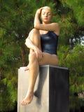 Zweijährige ausgezeichnete Skulpturfrau Venedigs 2017 - Frau, die mit Badeanzug Giardini Italien sitzt Stockfotografie
