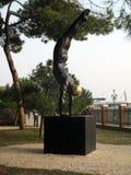 Zweijährige ausgezeichnete Skulpturfrau Venedigs 2017 - Frau mit schönem Ausdruck des Badeanzugs auf seinem facenGiardini Venedig Stockbild
